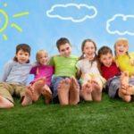 bambini-felici-di-relax-sul-prato-insieme-1024x683